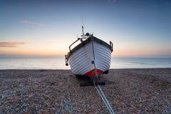 Barco de pesca na costa foto de stock royalty free
