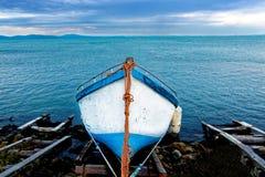 Barco de pesca na costa foto de stock