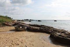Barco de pesca na costa Imagem de Stock