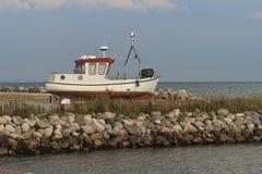 Barco de pesca na costa fotos de stock royalty free