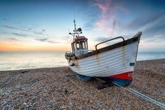 Barco de pesca na costa de Kent fotos de stock royalty free