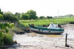 Barco de pesca na descoberta de Carmet durante a maré baixa fotos de stock