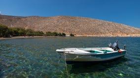Barco de pesca, na ilha de Tinos, Grécia imagens de stock royalty free