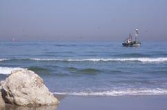 Barco de pesca na manhã Fotos de Stock