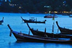 Barco de pesca na noite Fotos de Stock Royalty Free