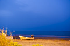 Barco de pesca na praia Imagem de Stock Royalty Free