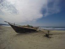 Barco de pesca na praia Foto de Stock Royalty Free