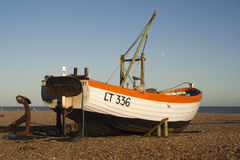 Barco de pesca na praia de Aldeburgh, Suffolk, Inglaterra Imagem de Stock