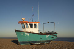 Barco de pesca na praia de Aldeburgh, Suffolk, Inglaterra Imagens de Stock