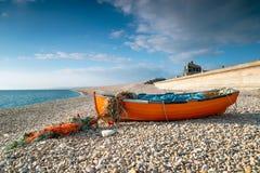 Barco de pesca na praia de Chesil Fotos de Stock Royalty Free