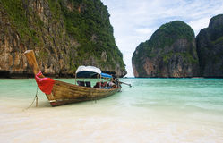 Barco de pesca na praia de Tailândia Fotografia de Stock