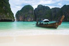 Barco de pesca na praia de Tailândia Imagem de Stock Royalty Free