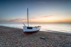 Barco de pesca na praia de Dungeness imagens de stock
