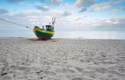 Barco de pesca na praia Paisagem tranquilo da noite Foto de Stock Royalty Free