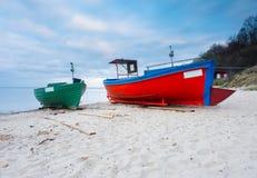 Barco de pesca na praia Paisagem tranquilo da noite Imagens de Stock Royalty Free