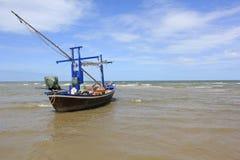 Barco de pesca no beira-mar imagem de stock