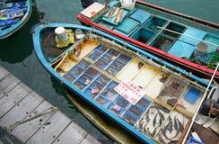 Barco de pesca no cais de Sai Kung que vende o marisco vivo Hong Kong, China Foto de Stock