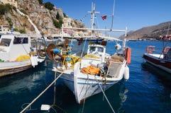 Barco de pesca no cais na baía da ilha de Simi fotos de stock royalty free
