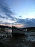 Barco de pesca no crepúsculo Fotografia de Stock