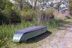 Barco de pesca no lago di Montepulciano Reserva natural tosc?nia Italy fotografia de stock