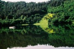 Barco de pesca no lago Uvac, Sérvia Foto de Stock