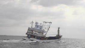 Barco de pesca no mar video estoque