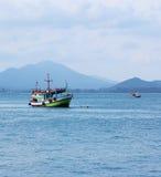 Barco de pesca no mar Imagem de Stock