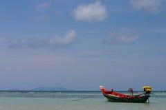 Barco de pesca no mar Imagens de Stock