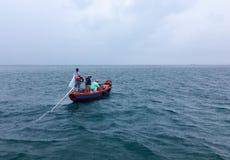 Barco de pesca no mar durante uma tempestade fotografia de stock royalty free