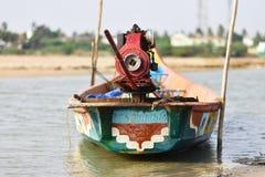 Barco de pesca no mar onde pescando o fundo e os contextos da área da maré fotografia de stock