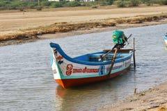 Barco de pesca no mar onde pescando o fundo e os contextos da área da maré imagem de stock royalty free
