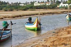Barco de pesca no mar onde pescando o fundo e os contextos da área da maré imagem de stock