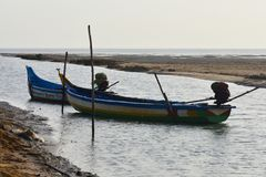 Barco de pesca no mar onde pescando o fundo e os contextos da área da maré imagens de stock