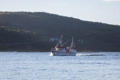 Barco de pesca no oceano Fjord em Noruega imagens de stock