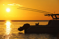 Barco de pesca no por do sol Foto de Stock Royalty Free