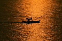 Barco de pesca no por do sol Fotos de Stock Royalty Free