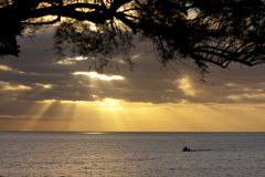 Barco de pesca no por do sol Fotos de Stock