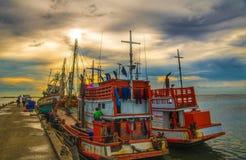 Barco de pesca no por do sol foto de stock