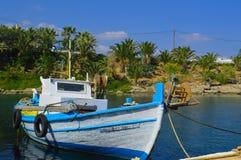 Barco de pesca no porto Imagens de Stock
