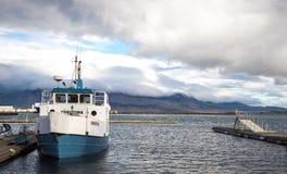 Barco de pesca no porto de Reykjavik Fotos de Stock