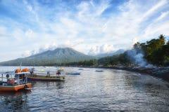 Barco de pesca no porto de Sulawesi Indonésia do bitung Foto de Stock