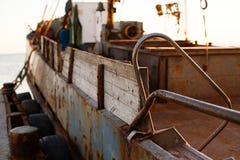 Barco de pesca no porto velho da cidade Berdyansk Mar de Azov ucrânia Fotos de Stock