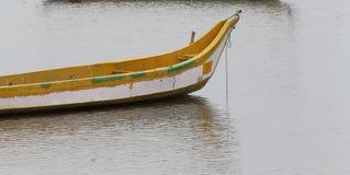 Barco de pesca no rio Imagem de Stock