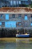 Barco de pesca no rio Looe, Cornualha, Reino Unido foto de stock royalty free