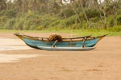 Barco de pesca no Sandy Beach Foto de Stock