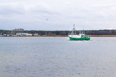 Barco de pesca no Vistula River perto de Gdansk, Polônia Foto de Stock Royalty Free