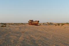 Barco de pesca oxidado de Moynaq Fotos de Stock Royalty Free