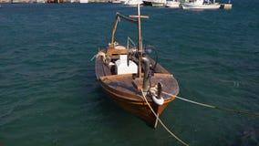 Barco de pesca pequeno do vintage no porto video estoque