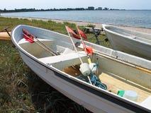 Barco de pesca pequeno na costa Dinamarca Fotos de Stock Royalty Free