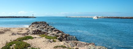 Barco de pesca pequeno na entrada a Ventura Harbor no ` s Gold Coast de Califórnia nos EUA foto de stock